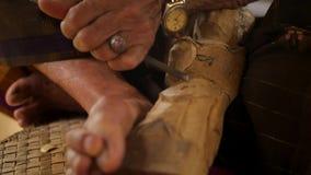 Woodcarver robi cyzelowaniu z ostrzy narzędziami na drewnianym workpiece Tradycyjny balijczyka posążka robić proces 4 K Slowmotio zbiory wideo