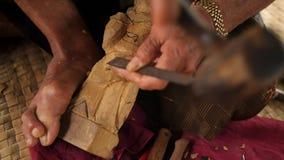 Woodcarver robi cyzelowaniu z ostrzy narzędziami na drewnianym workpiece Tradycyjny balijczyka posążka robić proces 4 K bali Indo zdjęcie wideo