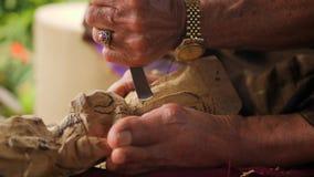 Woodcarver robi cyzelowaniu z ostrzy narzędziami na drewnianym workpiece Tradycyjny balijczyka posążka robić proces 4 K bali Indo zbiory wideo