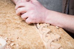 Woodcarver tworzy meblarskiego ornament Woodcarver ` s wręcza, cyzeluje, narzędzia, rzeźbiący ornament Zdjęcie Stock