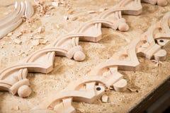 Woodcarver tworzy meblarskiego ornament Woodcarver ` s wręcza, cyzeluje, narzędzia, rzeźbiący ornament Fotografia Stock