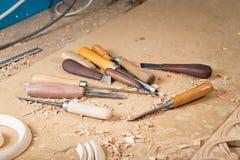 Woodcarver tworzy meblarskiego ornament Woodcarver& x27; s wręcza, cyzeluje, narzędzia, rzeźbiący ornament Fotografia Royalty Free