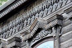 Woodcarving acima da janela, fragmento Vila do russo Casas de madeira velhas - monumento da arquitetura antiga do russo Anel dour fotos de stock