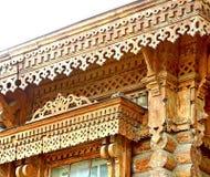 Woodcarving acima da janela, fragmento Vila do russo Casas de madeira velhas - monumento da arquitetura antiga do russo Anel dour imagem de stock royalty free