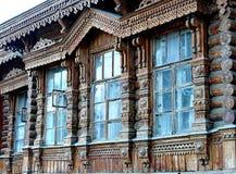 Woodcarving acima da janela, fragmento Vila do russo Casas de madeira velhas - monumento da arquitetura antiga do russo Anel dour foto de stock