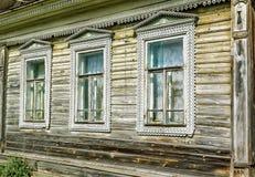 Woodcarving boven het venster, fragment Russisch dorp Oude blokhuizen - monument van oude Russische architectuur Gouden ring stock foto's
