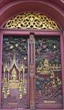 Woodcarving de la puerta en el templo, Tailandia Imagen de archivo