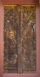 Woodcarving de la puerta en templo Fotos de archivo