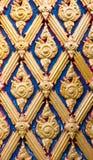 Woodcarving de la puerta en templo Imagenes de archivo
