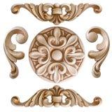 Woodcarving del elemento Muebles en estilo clásico árbol blanco con el accesorio de oro pátina carving Pequeña profundidad del ca imágenes de archivo libres de regalías