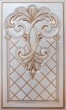 Woodcarving del elemento Muebles en estilo clásico árbol blanco con el accesorio de oro pátina carving Pequeña profundidad del ca imagenes de archivo