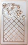 Woodcarving del elemento Muebles en estilo clásico árbol blanco con el accesorio de oro pátina carving Pequeña profundidad del ca fotos de archivo libres de regalías