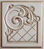 Woodcarving del elemento Muebles en estilo clásico árbol blanco con el accesorio de oro pátina carving Pequeña profundidad del ca imagen de archivo libre de regalías