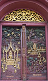 Woodcarving del portello in tempiale, Tailandia Immagine Stock