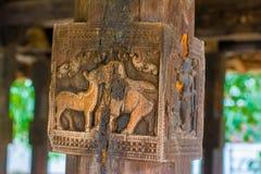 Woodcarvings antiguos espléndidos en el templo de Embekka en Kandy Imagen de archivo libre de regalías