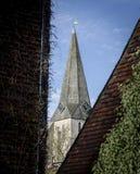 Woodchurch kyrkligt torn och klocka Arkivfoton