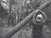 Woodcutter в лесе с цепной пилой Стоковое фото RF