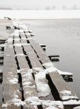 Woodden överbryggar i snow Arkivfoto