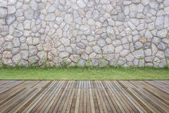 Woodecking o suelo y planta en el jardín decorativo imagen de archivo libre de regalías