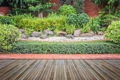 Woodecking o suelo y planta en el jardín decorativo imagen de archivo