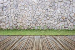 Woodecking oder Bodenbelag und Anlage im Garten dekorativ lizenzfreies stockbild