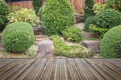 Woodecking oder Bodenbelag und Anlage im Garten dekorativ lizenzfreie stockfotos