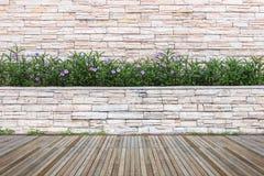 Woodecking oder Bodenbelag und Anlage im Garten dekorativ lizenzfreie stockbilder