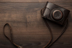 Wooden background with retro still camera Royalty Free Stock Photos