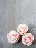 Wooden background with roses Royalty Free Stock Photography