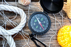 Wooden background with starfish, compass and shell - maritime de Stock Image