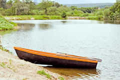Wooden boat, stands on the Bank of the pond Royalty Free Stock Photography