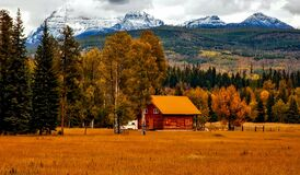 Wooden cabin in mountain valley Stock Photography