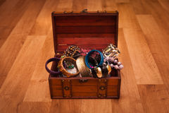 Wooden chest full of jewelery Royalty Free Stock Images