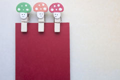 Wooden clips and stickynote Royalty Free Stock Image