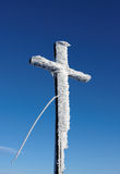 Wooden cross under snow Royalty Free Stock Images