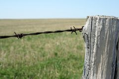 Wooden post and barbed wire Royalty Free Stock Photos