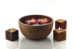 Wooden Spa κύπελλο με τα κεριά και τα λουλούδια Στοκ Εικόνες
