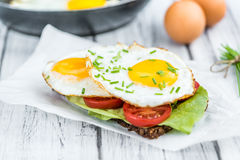 Wooden table with Fried Eggs on a Sandwich Royalty Free Stock Photos