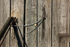 Wooden wall and chain lock Royalty Free Stock Photos