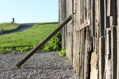 Wooden wall and chain lock Royalty Free Stock Images