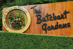 Wooden welcome sign in Butchart gardens stock image