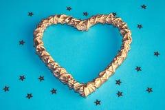 Woodenheart dourado romântico no fundo azul com estrelas fotografia de stock royalty free