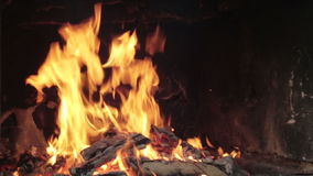 Woodfire in een grote open oven stock footage