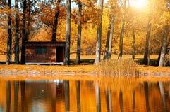 Woodhouse perto do lago Fotografia de Stock