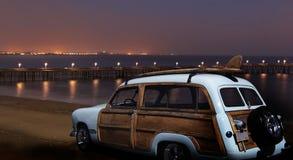 葡萄酒福特Woodie在晚上 免版税库存照片