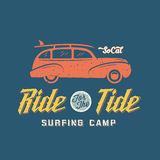 Woodie Car Retro Style Label praticante il surfing o logo Fotografia Stock