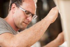 Woodmaker som arbetar i hans, shoppar eller labbet Arkivbild