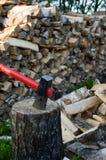 woodpile的轴 免版税库存照片