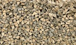 Woodpile des festgesteckten Feuerholzes Lizenzfreies Stockfoto