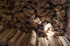 Woodpile des Feuerholzes in einer Halle Stockbild